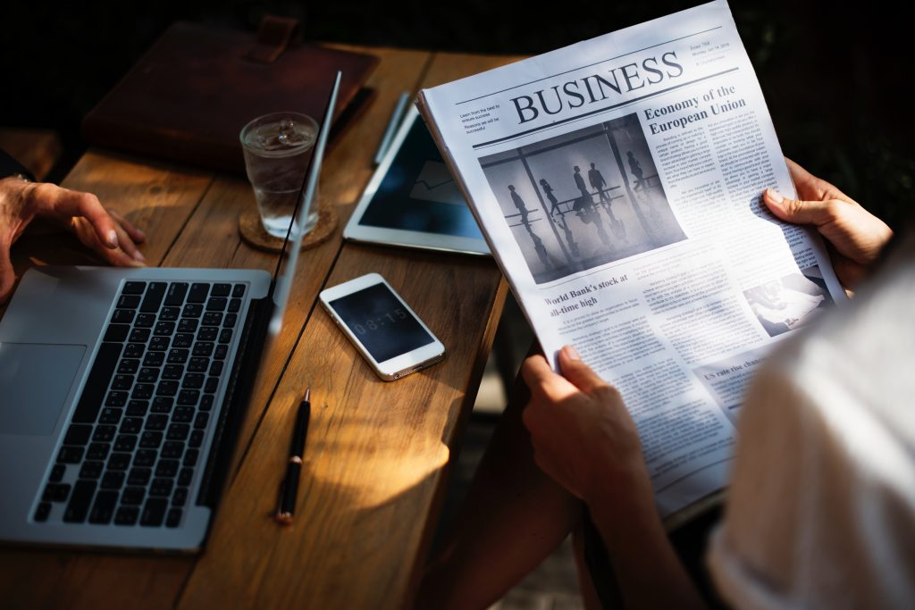 Zeitung lesen um alle Informationen zur Geldanlage zu haben