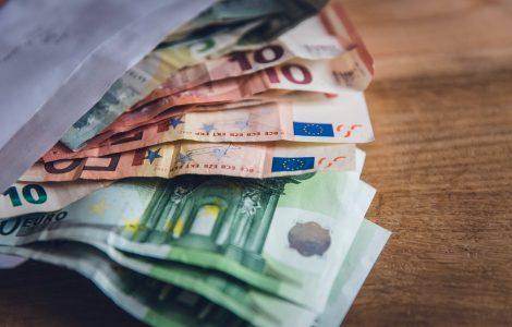 Brief gefüllt mit Euro