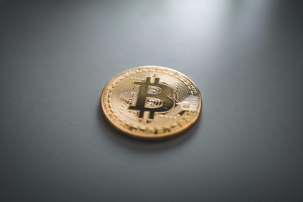 Bitcoin auf einem Tisch